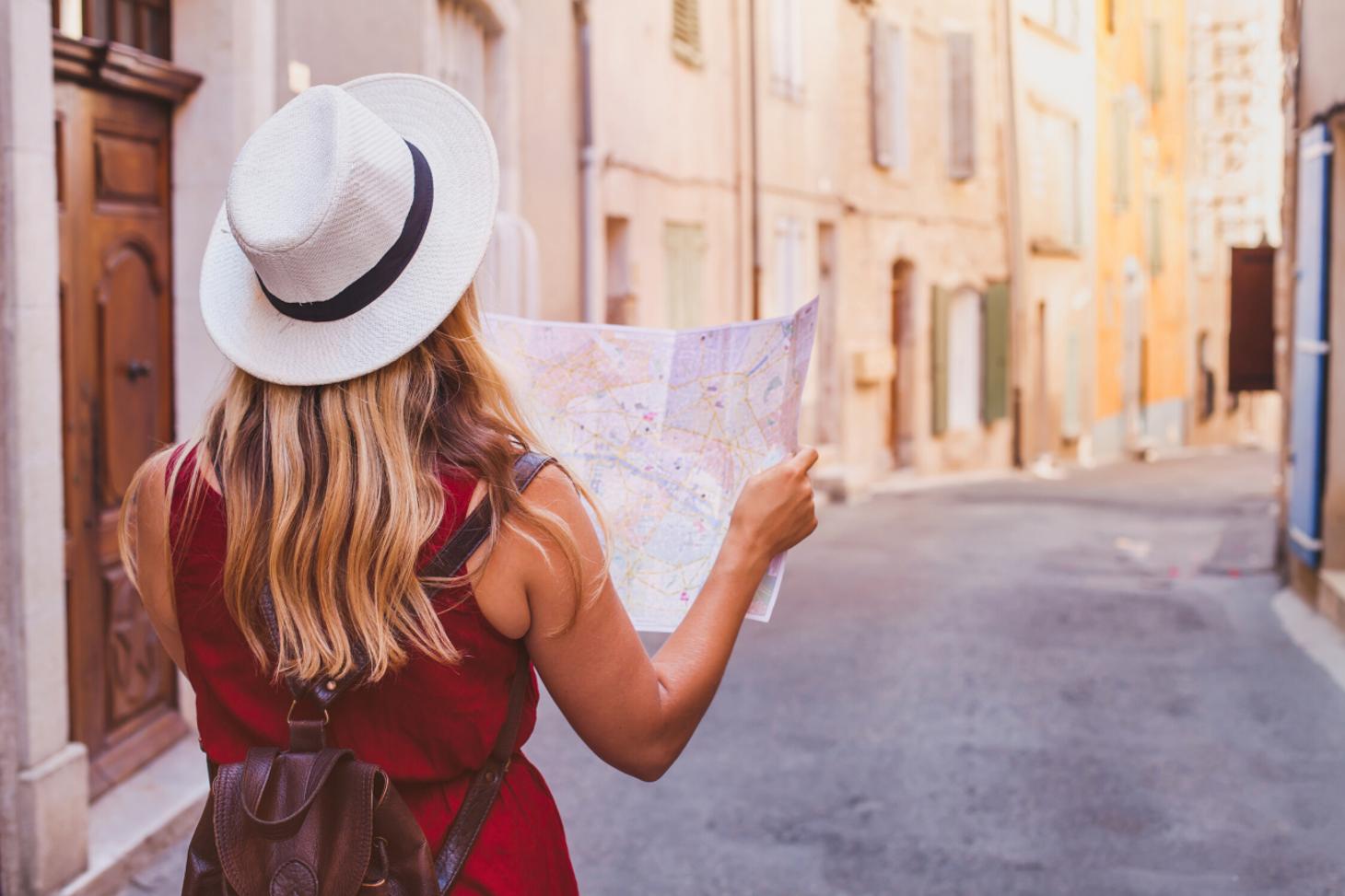 Une étudiante consulte une carte géographique