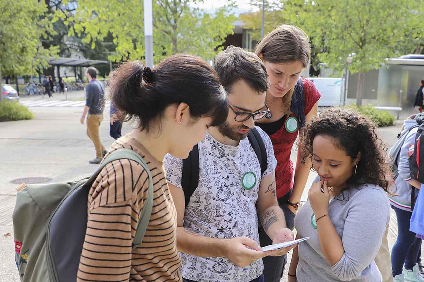 Etudiants sur le campus durant une chasse au trésor